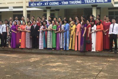 Tập thể trường Tiểu học Nơ Tang Lơng